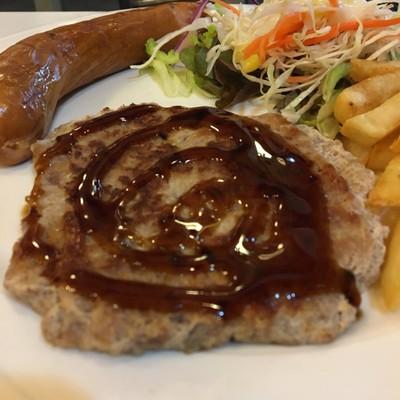 สเต๊กหมูหมักซอสพริกไทยดำและไส้กรอกหมู