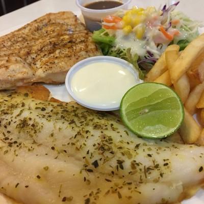 สเต็กปลาดอลลี่ย่างและอกไก่