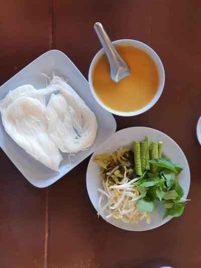 ขนมจีนไก่เข้มข้น รสชาติค่อนข้างเค็ม ส่วนตัวไม่ประทับใจ