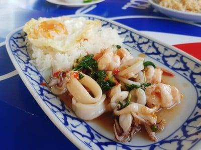 ข้าวผัดปูกระทะเหล็ก (จา จา เฮง)