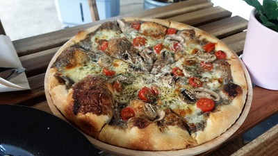 Truffle Pizza • แป้งทำใหม่ทุกวัน หอมมาก อร่อยปลื้มมมแป้งบางกรอบ~☆ ไม่ต้องมีซอสเลยอร่อยแล้ว 😚 ที่ ร้านอาหาร Georgio's Pizza BKK