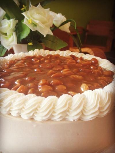 เค้กคาราเมลแมคคาเดเมีย • ราดซอสคาราเมลโรยด้วยเม็ดแมคคาเดเมีย หอม อร่อย ที่ ร้านอาหาร ชาลีเบเกอรี่