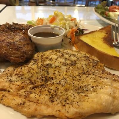 สเต๊กไก่ย่างพริกไทยดำและอกไก่