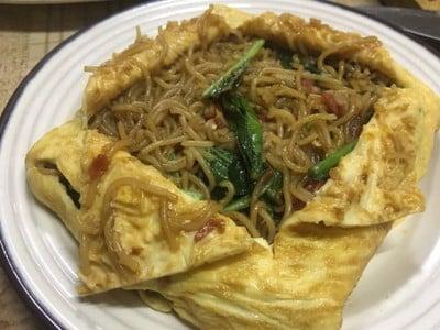 ขนมจีนผัดห่อไข่