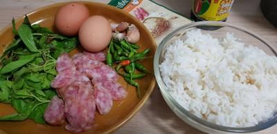 วิธีทำ ข้าวผัดกระเพรากุนเชียงไข่ดาว