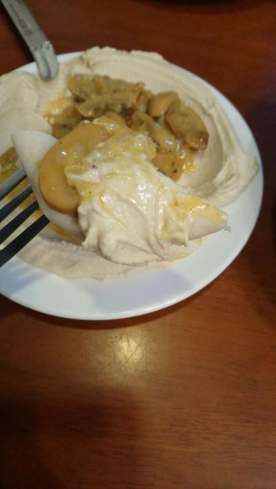 แป้งพิทต้าจิ้มกับอูมูสเห็ด ที่ ร้านอาหาร Shoshana Restaurant