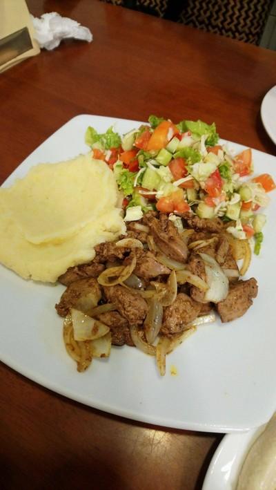 ตับไก่ผัดหอมใหญ่ เครื่องเทศ มันบด และ สลัดผัก ที่ ร้านอาหาร Shoshana Restaurant