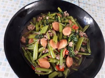 ผัดผักบุ้งไส้กรอกหมูสับ