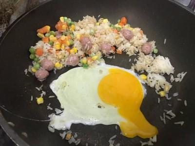 วิธีทำ ข้าวผัดแหนมตุ้มจิ๋ว ไข่ดาว