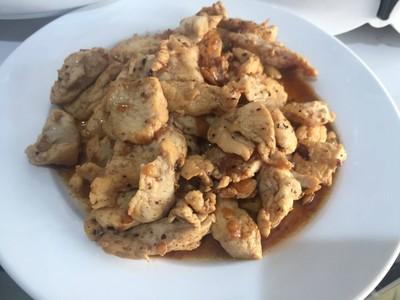 อกไก่ผัดกระเทียมพริกไทย