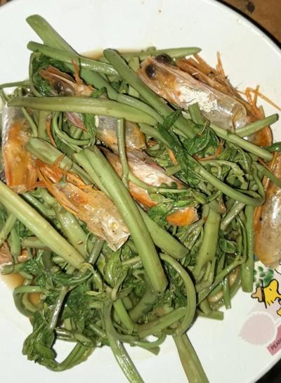 ผัดผักกระเฉดหัวกุ้งกระเทียมพริกไทย