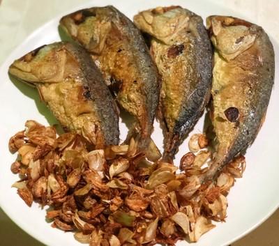 ปลาทูทอด กระเทียมเจียว