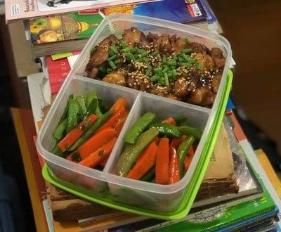 ไก่เทอริยากิราดข้าวกล้อง กับผัดถั่วหวานแครอท... ก็กินได้แฮะ