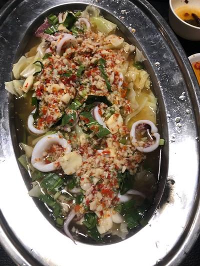 ปลาหมึกนึ่งมะนาว at Krua Ruen Chao Phraya