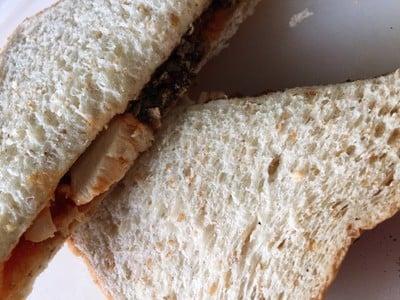 แซนด์วิชโฮลวีตอกไก่ซอสพิซซ่า 🥪