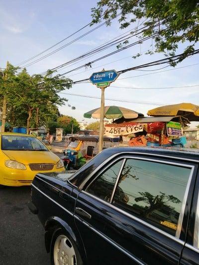 ตลาดท่าดินแดง (Tha Din Daeng Market)