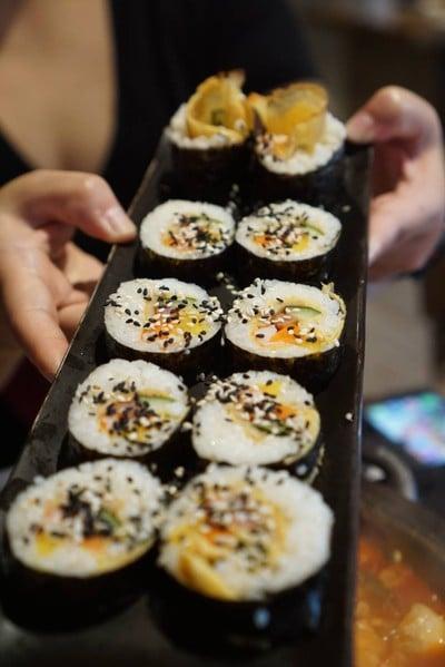 kimbab มี 3 ใส้ให้เลือก ทูน่า หนูผัดโคชูจัง และใส้ผักรวมมีแฮมและปูอัด
