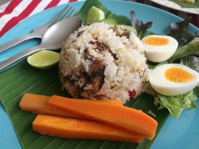 ข้าวผัดปลาทูสมุนไพรไข่ต้ม