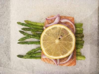 วิธีทำ Parchment Baked Salmon with Mashed Purple Potatoes
