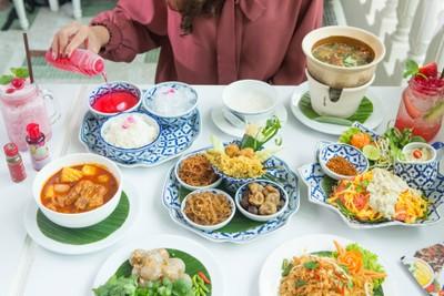 รับส่วนลด 10% เฉพาะค่าอาหาร และรับฟรี เครื่องดื่มหมอมีไทยคลูลิ่ง (มูลค่า 70 บาทขึ้นไป)