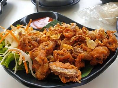 ปีกไก่ทอดเกลือ Spicy minced pork in omelette wrap