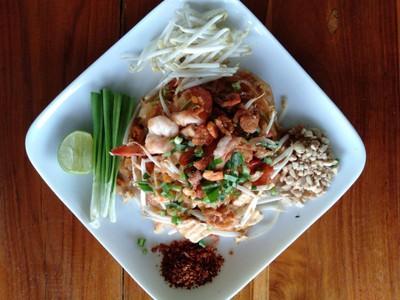 ผัดไทยกุ้งสด(สูตรร้านเชิญ Chern Coffee&Restaurant)