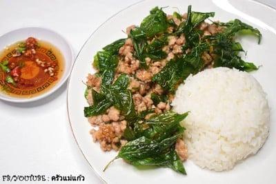 หมูสับผัดกระเทียมพริกไทยใบโหระพากรอบ