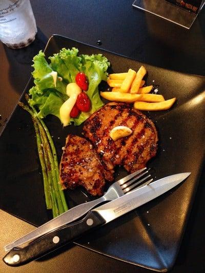สเต็กหมูน้ำผึ้งพริกไทยดำ