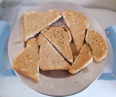 ขนมปังกรอบเนยชาไทยนมเย็น