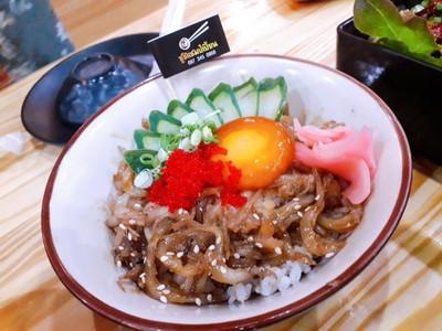 ข้าวหน้าปลาชิราซึและไข่ดอง