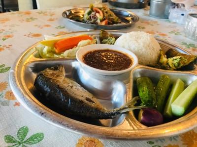 ข้าวคลุกน้ำพริกกะปิ ปลาทู ไข่ชะอม