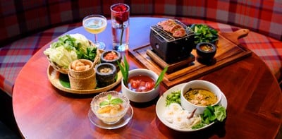 กินอาหารไทยโมเดิร์นใต้ไฟแสงนีออนสวย ๆ