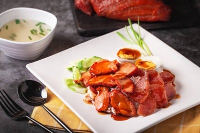 ข้าวหมูแดงลาวา หมูแดงย่างสูตรโบราณ ราดด้วยซอสน้ำหมูย่างสูตรเฉพาะทางร้าน