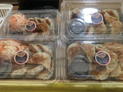 หน้าร้าน • ทางร้านมีหลายขนาดหลายราคาถูกสุดอยู่ที่ 50฿ ที่ ร้านอาหาร Yumi เกี๊ยวซ่า ตลาดทรัพย์เจริญ พระราม9