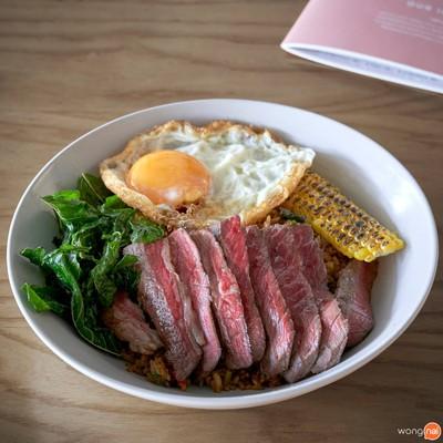 """""""ข้าวผัดกะเพราเนื้อคั่วและเนื้อออสเตรเลียวากิว A4"""" (180 บาท)"""