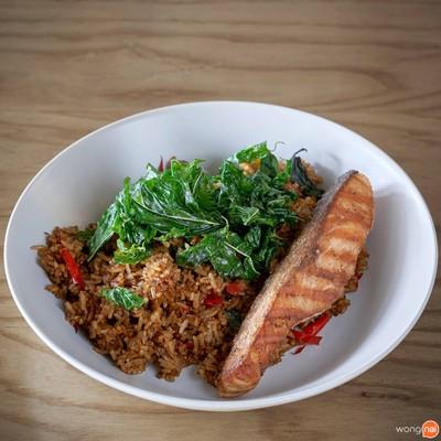 """""""ข้าวผัดกะเพราปลาแซลมอนย่าง"""" (160 บาท)"""