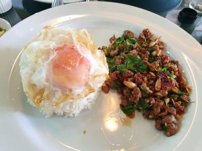 ข้าวกะเพราเนื้อและไข่ดาว