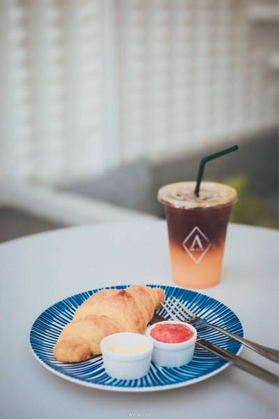 กาแฟส้ม หวานอมเปรี้ยวจากรสส้ม ตัดกับรสชาติของกาแฟ ทานคู่กับ Croissant ฟินมากจ้า