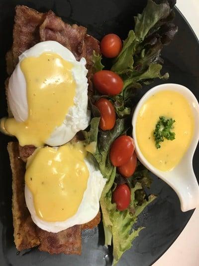 ชุดอาหารเช้า ไข่เบเนดิกต์ เบคอน ซอสฮอแลนเดส
