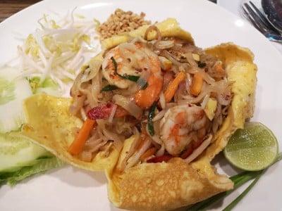 ผัดไทยห่อไข่
