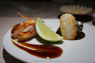 ปลาหมักมิโสาะแล้วย่างด้วยถ่านญี่ปุ่น เสิร์ฟคู่ข้าวญี่ปุ่นชุบไข่แบบข้าวจี่ฉีดด้าน