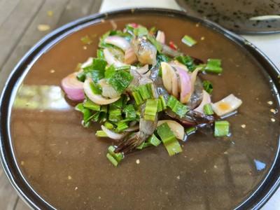 จานในรูปใส่ปลาร้ารสชาตินั่ว (สามารถเลือกได้ว่าจะใส่ปลาร้าหรือไม่ก็ได้)