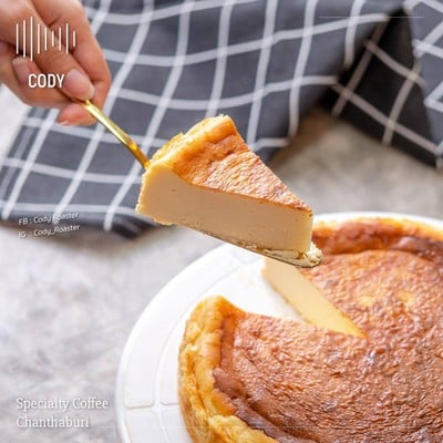 ชีสเค้กหน้าไหม้ ละลายในปาก แนะนำทานคู่กับเครื่องดื่มของทางร้าน รับรองอร่อยแบบจัด