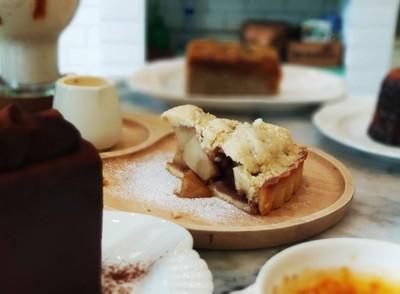 Apple crumble pie with vanilla sauce