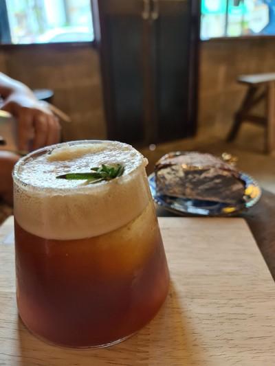 cold brew รสอ่อนๆผสมกัยโซดาและน้ำส้มให้ความรู้สึกสดชื่น เข้ากันดีกับเกลือที่ริมป