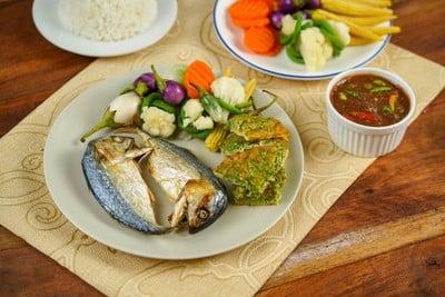 ปลาทูทอดไข่ชะอมไร้น้ำมัน