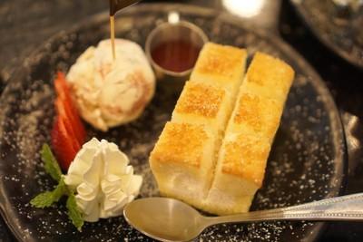 Strawberry cheesecake honey toast