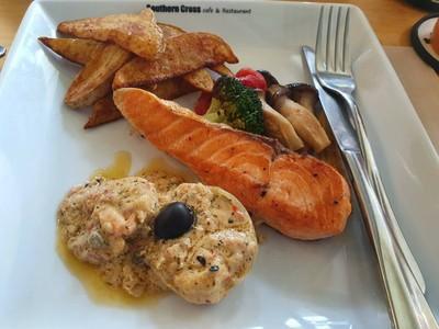 สเต็กปลาแซลม่อนซอสสมุนไพร