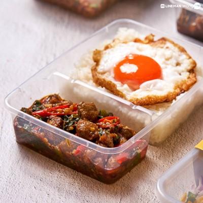 """""""ข้าวกะเพราเนื้อไข่ดาว"""" (159 บาท) เนื้อเต๋าทำมาสุกกำลังดี คู่กับไข่ดาวเป็ดเยิ้มๆ"""