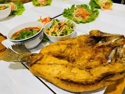 ปลากะพงทอดยำมะม่วง